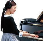 お手持ちのピアノに消音ユニットを取り付ければ、ピアノの生音が消え、ヘッドホンでの演奏ができます。