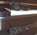 岡山西口店には、アップライトピアノモデル2機種(KHP-300、KHP-2000)とも展示